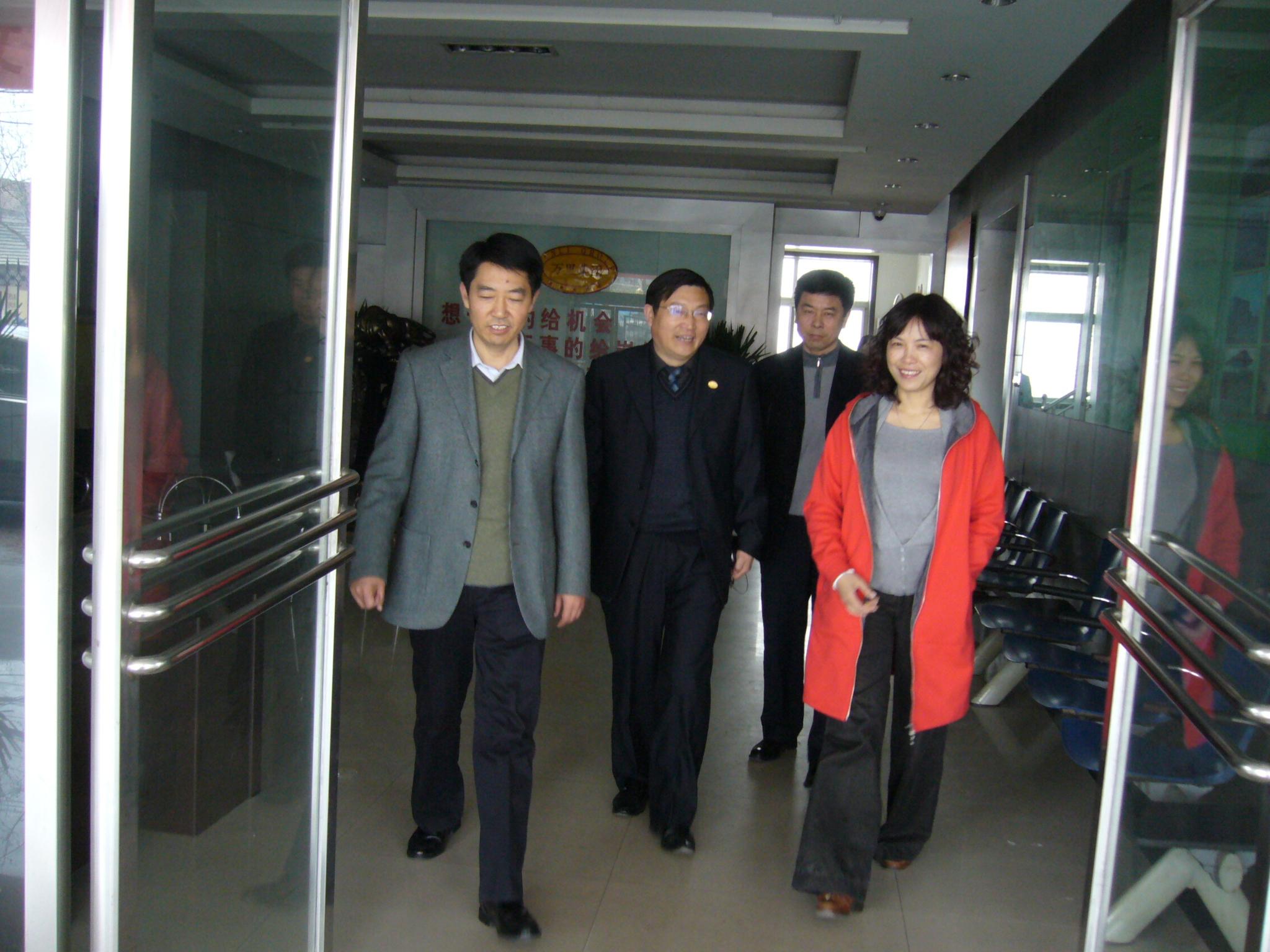 务局局长王芳(左)