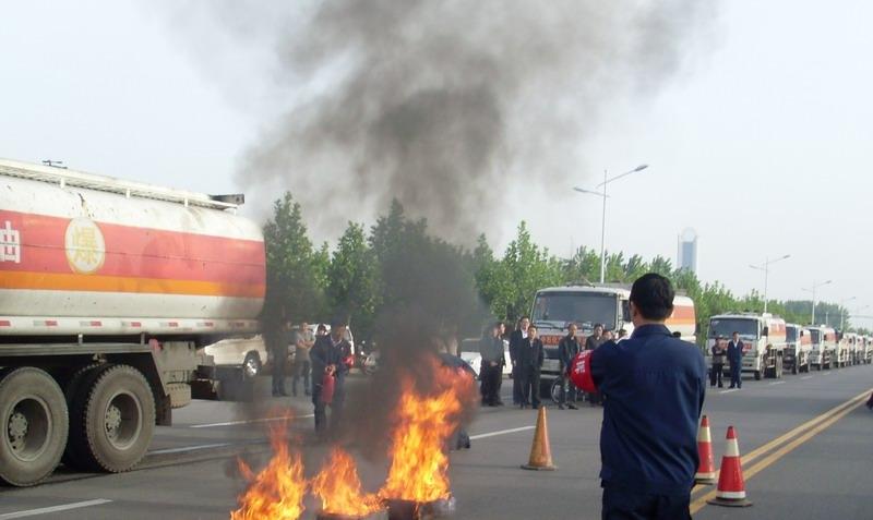 许昌市/5月19日,许昌市运管处组织了危险品运输车辆突发事件应急演练...